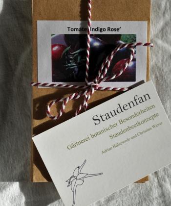 Jedem Geschenkset liegt eine hochwertige Visitenkarte bei, damit man alles nocheinmal online nachlesen kann.