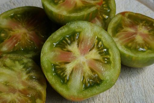 Im Innerem der Tomate Victorias Smile ist häufig ein rötliches Kreuz zu sehen.
