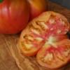 Die Ananastomate ist auch von innen gelb-orange gefärbt.